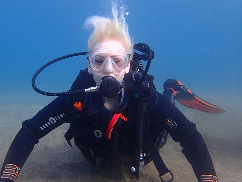 Alana durant son baptême de plongé PADI Discover scuba dive, avec Manta Diving Lanzarote