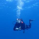 Vaidas démontrant une parfaite flotabilité durant une exploration pendant son cours Open Water Scubadiver à Lanzarote